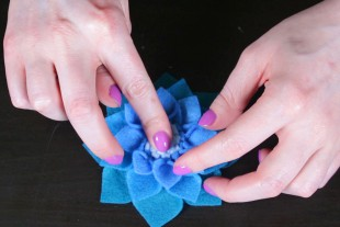 No Sew Felt Flowe DIY Tutorial - Make the flower center