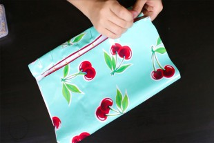 How to Make a Cosmetic Bag With Brush Holder - Stitch the cosmetic bag zipper