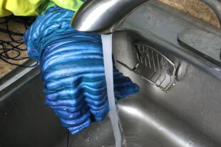 Shibori Pole Dyeing Technique - Unwrap and rinse with cold water