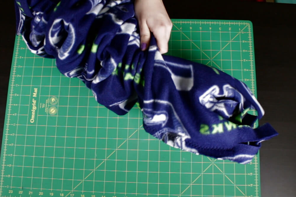 how to make a fleece scarf- Tie the knot