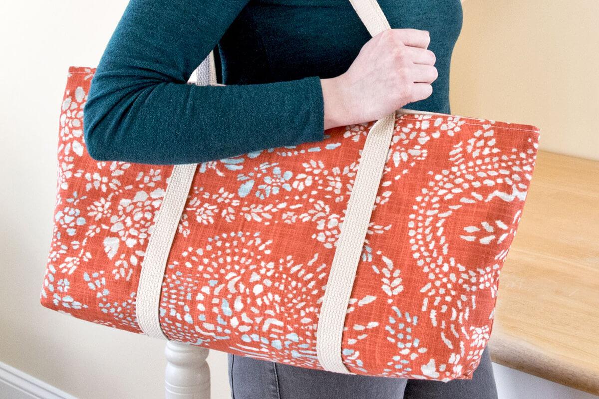 Tote bag with a zipper